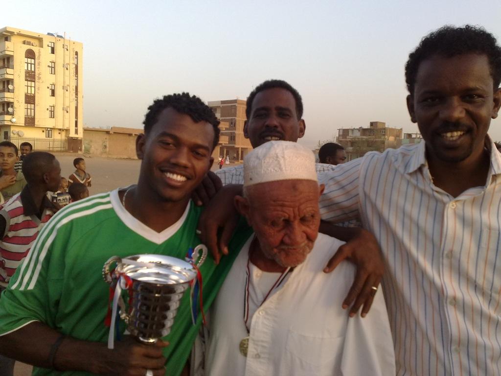 شباب عشرين يحرزون كأس بطولة الشهداء بالصحافة وجبرة 110220121555