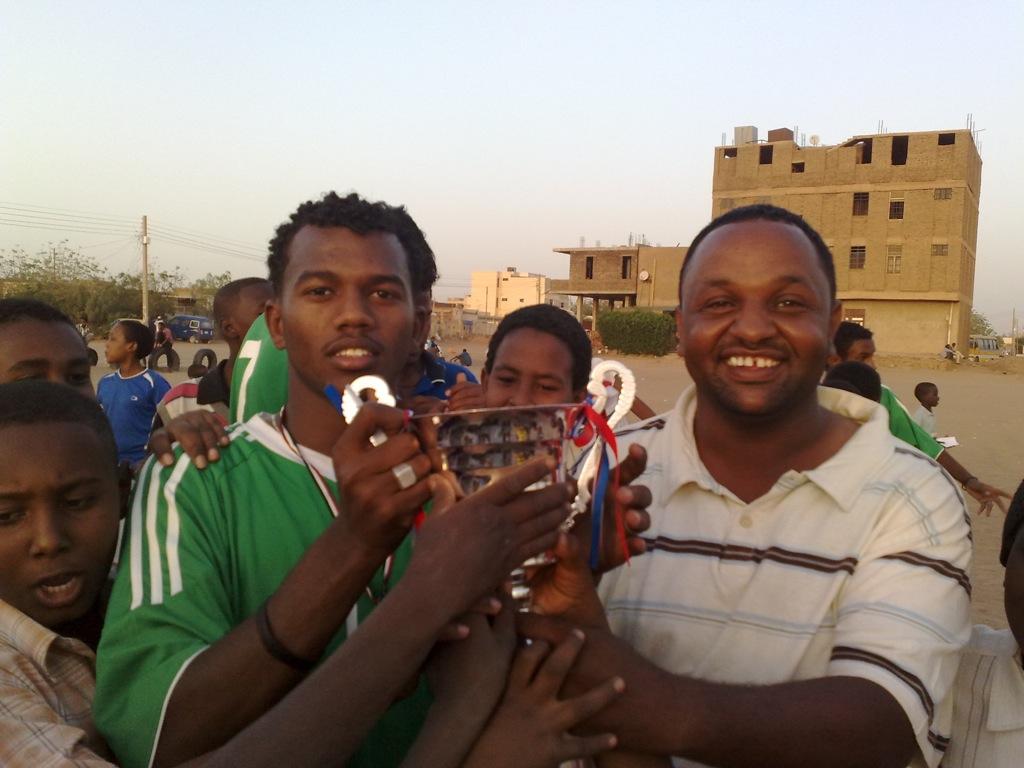 شباب عشرين يحرزون كأس بطولة الشهداء بالصحافة وجبرة 110220121553